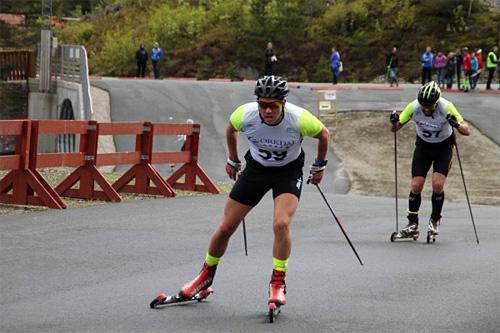 Eirik Lorentsen underveis på 1. renn av Midt-Norsk Rulleskicup 2015 på Knyken i Orkdal. Han spurtslo Øyvind Skaanes (bak) og tok seieren. Arrangørfoto.