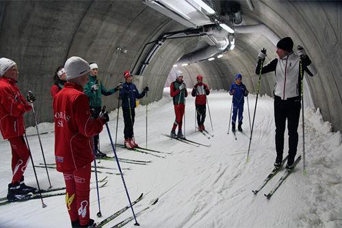 Daniel Richardsson instruerer staketeknikk i skitunnelen under Torsby Sommerskiskole en tidligere sommer. Foto: Leif Skogsberg.