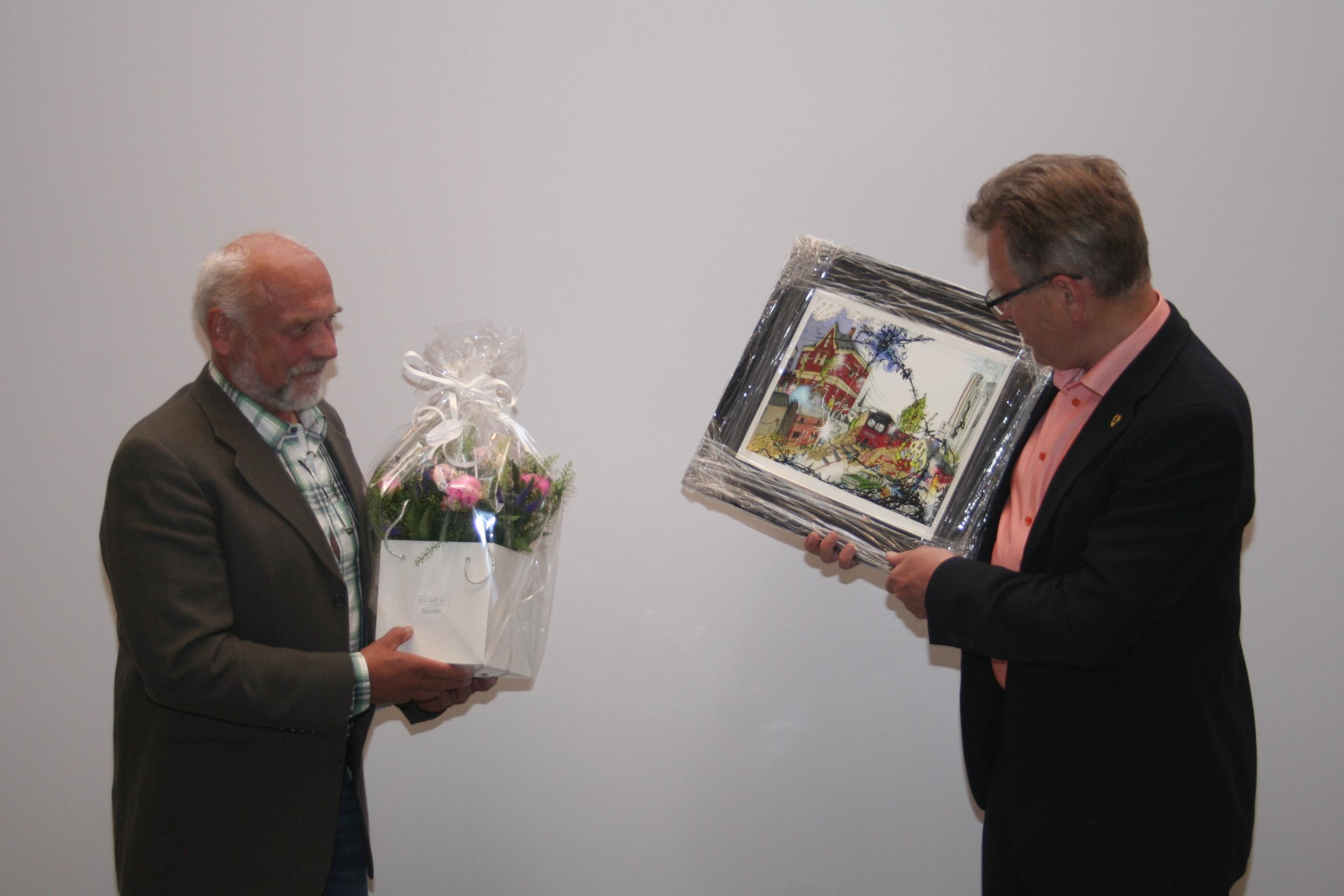 Blomster og gave til Knut.jpg