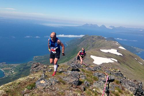 Spektakulær utsikt på vei opp Kråktinden på Andørja. Foto: Ole Skradal.