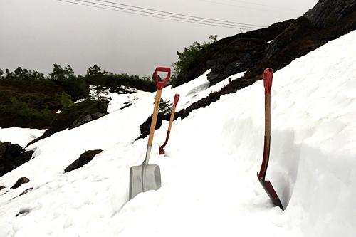 Arrangørene av Kvasshovden Opp hjelper naturkreftene med å fjerne snørester fra vinteren. Foto: Kvasshovden Opp.