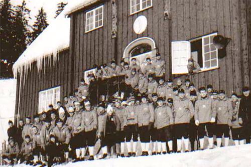 De frivillige til ski-VM i 1966, hvorav mange kom fra Romerikslaget i Oslo. Fra slutten av 1950-åra og i tre tiår framover rekrutterte Romerikslaget mange til dugnadsarbeid under Holmenkollrennene. Faksimile boka Femmila Skisportens manndomsprøve.