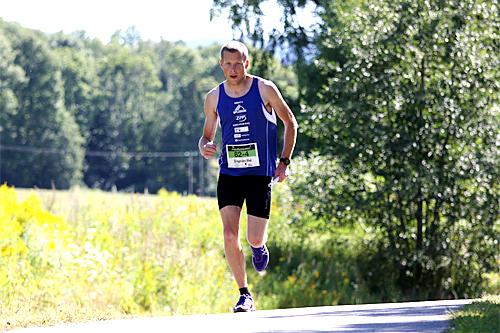 Ola Matre på vei mot seier i Ringeriksmaraton 2015 for 8-mannslaget Team Splitkon. Foto: Geir Nilsen/Langrenn.com.