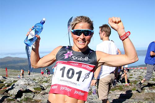 Therese Johaug er strålende fornøyd etter å ha vunnet Toppidrettsvekas motbakkeløp, Fonna Opp, på ny rekordtid. Foto: Geir Nilsen/Langrenn.com.