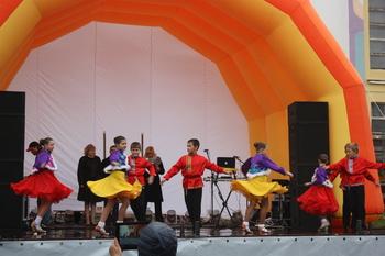 Flotte unge dansere svingte seg på utescenen_350x233.jpg