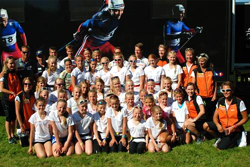 Deltakere på jentecampen til Utleira IL sammen med utøvere fra det norske skilandslaget. Foto: Utleira IL.