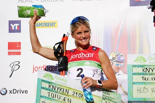 Therese Johaug på seierspallen under Toppidrettsveka 2015. Foto: Geir Nilsen/Langrenn.com.