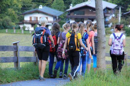 Elever på ekskursjon (Foto Colourbox)