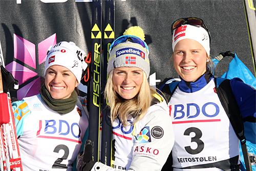 Seierspallen for damer på 7,5 km klassisk under Beitosprinten 2015. Fra venstre: Heidi Weng (2. plass), Therese Johaug (1) og Kari Øyre Slind (3). Foto: Geir Nilsen/Langrenn.com.