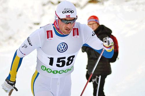 Petter Northug inn til soleklar i den svenske sesongåpningen i Bruksvallarna, iført en spesialsydd skiress i de svenske farger. Foto: Johan Trygg / Langd.se.