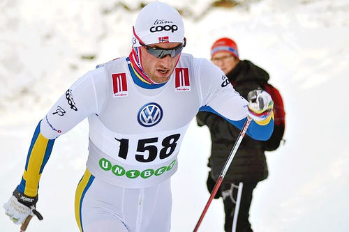 Petter Northug inn til soleklar seier i den svenske sesongåpningen i Bruksvallarna, iført en spesialsydd skiress i de svenske farger. Foto: Johan Trygg / Langd.se.