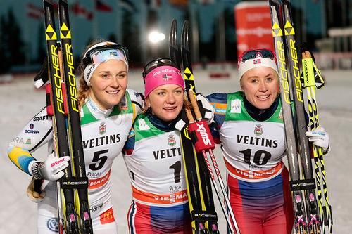 Seierspallen for damer på sprinten i Kuusamo og Ruka i verdenscupen en tidligere vinter. Fra venstre: Stina Nilsson (2. plass), Maiken Caspersen Falla (1) og Ragnhild Haga (3). Foto: Modica/NordicFocus.
