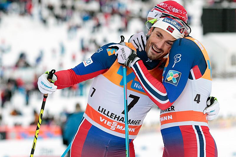Hans Christer Holund omfavnes av Niklas Dyrhaug etter at de ble henholdsvis nummer 3 og 2 i skiathlon på Lillehammer. Foto: Modica/NordicFocus.