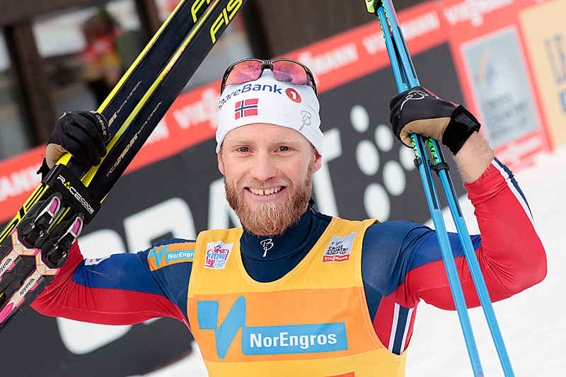 Martin Johnsrud Sundby har sikret seg en stor ledelse i sammendraget etter sesongens to første verdenscuprunder. Her jubler han for seier i skiathlon under verdenscupen på Lillehammer. Foto: Modica/NordicFocus.