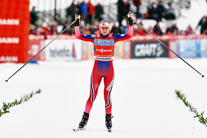 Heidi Weng inn til seier for Norges stafettlag under verdenscupen på Lillehammer. Foto: Modica/NordicFocus.