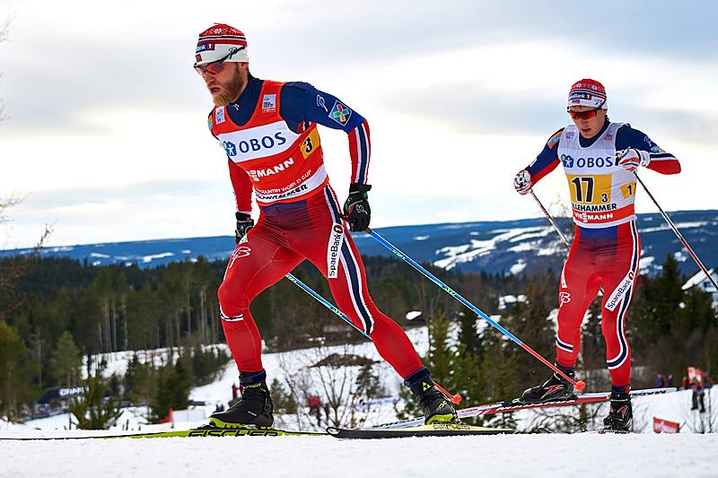 Martin Johnsrud Sundby i føringen foran Simen Sveen på 3. etappe av herrestafetten på Lillehammer. Foto: Modica/NordicFocus.