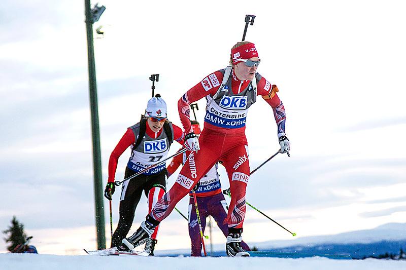 Marte Olsbu på vei mot sjuendeplass under verdenscupjaktstaretn i Östersund. Foto: Manzoni/NordicFocus.