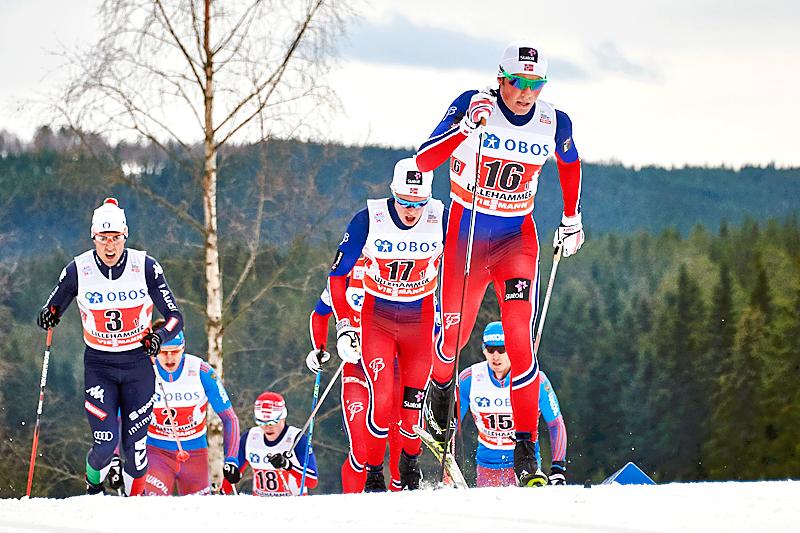 Emil Iversen fører an for Norges andrelag i verdenscupstafetten på Lillehammer. Nærmest følger Federico Pellegrino (t.v.) og Martin Løwstrøm Nyenget. Foto: Modica/NordicFocus.