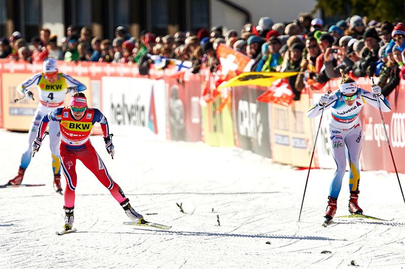 Maiken Caspersen Falla spurter om kapp med Stina Nilsson i sprintfinalen under verdenscupen i Davos 2015. I mål ble det seier til den svenske løperen. Foto: Felgenhauer/NordicFocus.