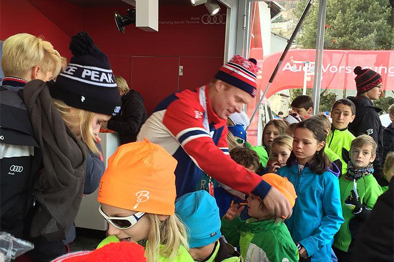 Bjørn Dæhlie deler ut luer på Kids Event under verdenscupen i Davos et tidligere år. Foto: Privat.
