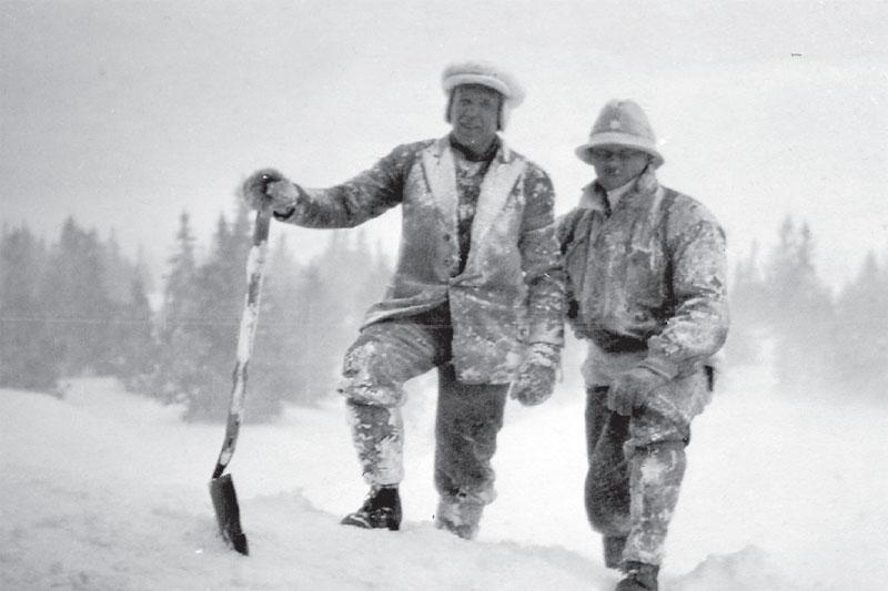Nils Ragnar Hofft til venstre og Josef R. Henriksen, på Sjusjøen. Sistnevnte var løypesjef i Holmenkollen.