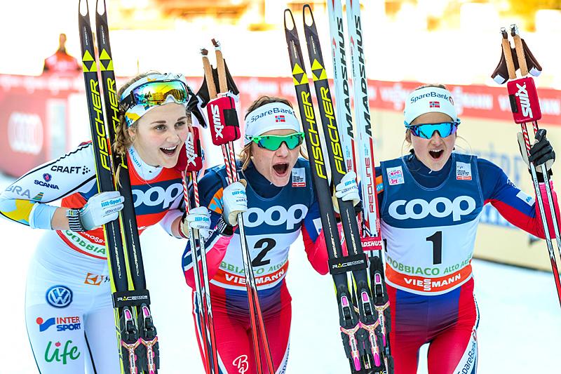 Seierspallen på damesprinten under verdenscupen i Toblach 2015 besto av (fra venstre) Stina Nilsson (3.-plass), Maiken Caspersen Falla (1) og Ingvild Flugstad Østberg (2). Foto: Modica/NordicFocus.