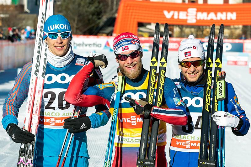 Martin Johnsrud Sundby (midten) viste muskler og vant den klassiske 15-kilometeren under verdenscupen i Toblach 2015 foran Alexander Bessmertnykh (t.v.) og Sjur Røthe. Foto: Modica/NordicFocus.
