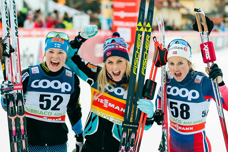 Fra venstre: Krista Pärmäkoski (2.-plass), Therese Johaug (1) og Ingvild Flugstad Østberg (3) var jentene på seierspallen etter 10 kilometer klassisk under verdenscupen i Toblach 2015. Foto: Modica/NordicFocus.