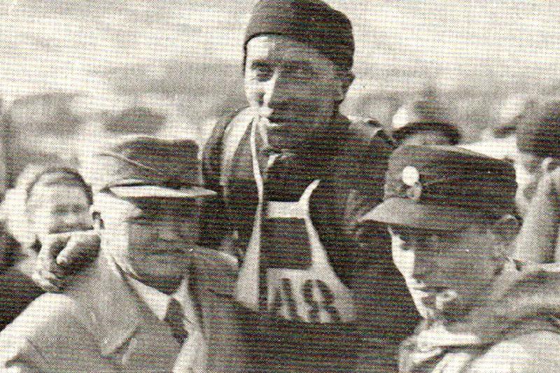 Johan Evjen på gullstol, løftet av P.T. Helleberg til venstre og Halvor Kampen.