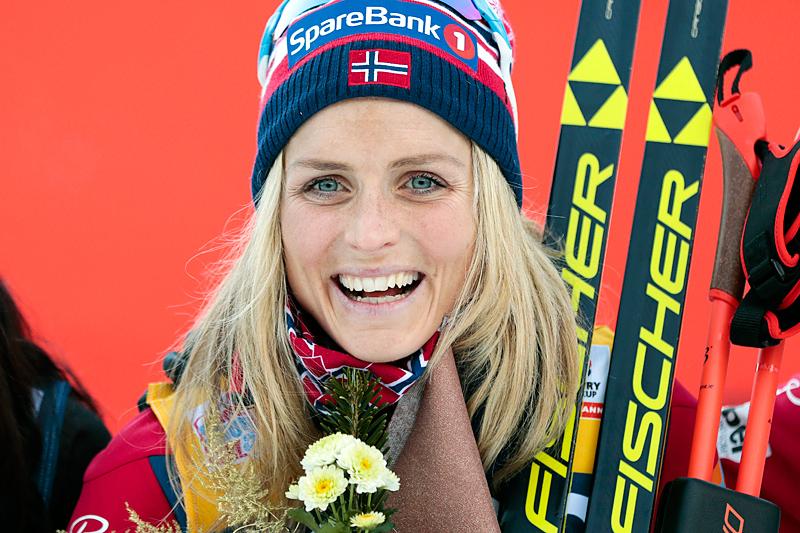 Therese Johaug på seierspallen etter at hun vant 10 kilometer klassisk under verdenscupen i Toblach 2015. Foto: Modica/NordicFocus.