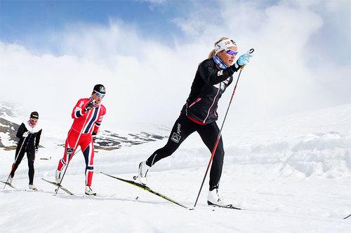 Trening på Sognefjellet. I front Therese Johaug, deretter Marit Bjørgen og Charlotte Kalla. Foto: Erik Borg.