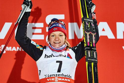 Maiken Caspersen Falla jubler etter å ha vunnet åpningsetappen av Tour de Ski 2016 i Lenzerheide. Foto: Felgenhauer/NordicFocus.