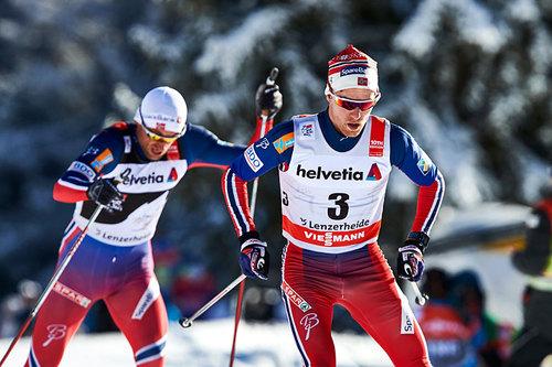 Didrik Tønseth tauer på en lite hjelpsom Petter Northug under 3. etappe av Tour de Ski i Lenzerheide. Men da målet nærmet seg takket Northug gjennom å rykke i fra. Foto: Felgenhauer/NordicFocus.