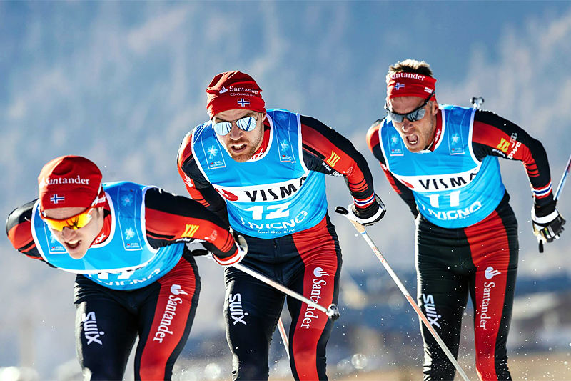 Team Santander med Snorri Einarsson, Tord Asle Gjerdalen og Anders Aukland på lagtempoen i Visma Ski Classics en tidligere vinter. Foto: Magnus Östh/Ski Classics.