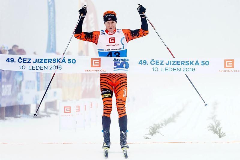Petter Eliassen inn til suveren seier i Jizerska 2016. Foto: Magnus Östh/Ski Classics.