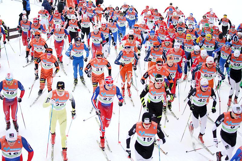 Har de sett for seg hvordan en kontroll før start i en stor norsk langrennskonkurranse skal avvikles, undres artikkelforfatter. Foto: Geir Nilsen/Langrenn.com.