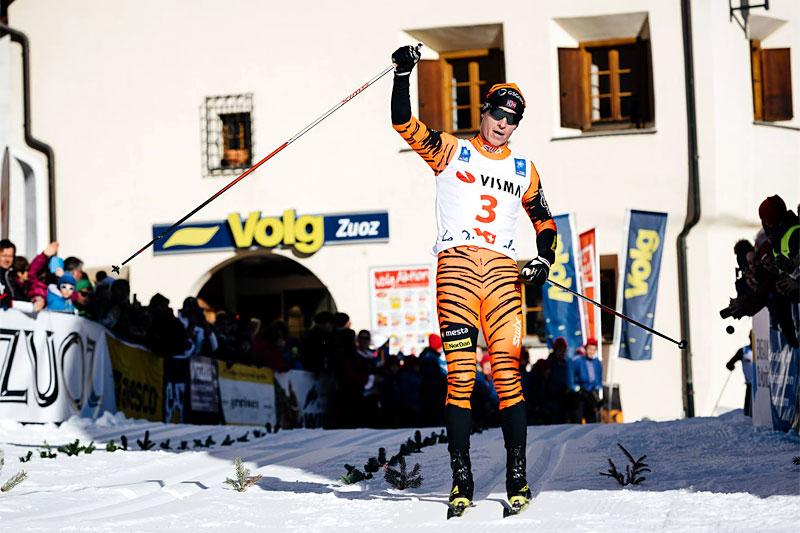 Petter Eliassen går i mål som vinner av La Diagonela 2016. Foto: Magnus Östh/Visma Ski Classics.