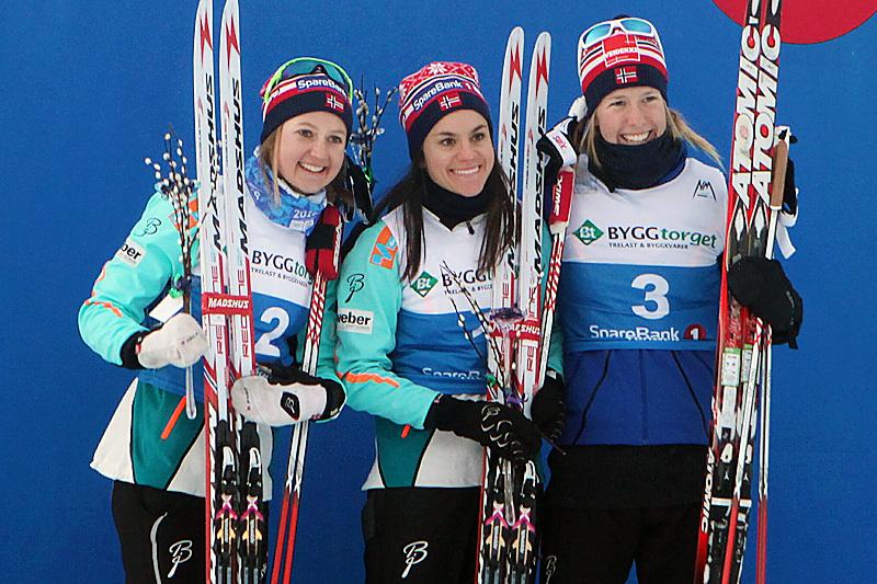 Seierspallen etter damenes NM-sprint i Tromsø 2016. Fra venstre: Ingvild Flugstad Østberg (2.-plass), Heidi Weng (1) og Silje Øyre Slind (3). Foto: Erik Borg.