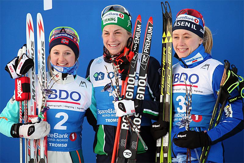 Seierspallen etter damenes skiathlon under NM i Tromsø 2016 besto av (f.v.) Ingvild Flugstad Østberg (2.-plass), Astrid Uhrenholdt Jacobsen (1) og Ragnhild Haga (3). Foto: Erik Borg.