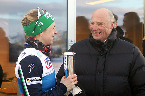 Astrid Uhrenholdt Jacobsen fikk kongepokalen av kong Harald etter sin 14. NM-triumf på skiathlon-rennet i Tromsø 2016. Foto: Erik Borg.