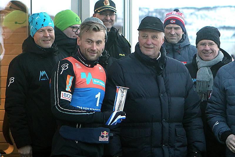 Petter Northug fikk utdelt kongepokalen av kong Harald for sin seier på fellesstart med skibytte under NM i Tromsø 2016. Foto: Erik Borg.