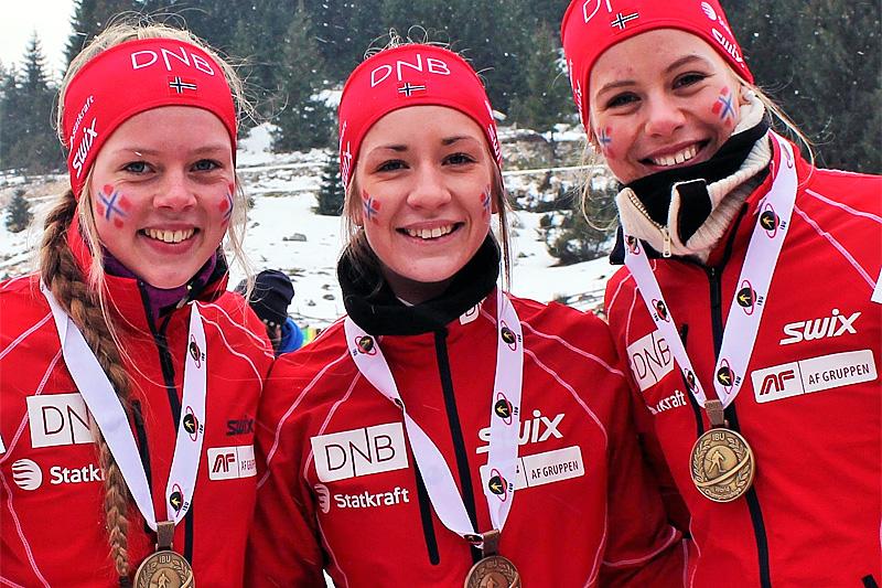Karoline Erdal, Emilie Ågheim Kalkenberg og Kristina Skjevdal med bronsemedaljene fra stafetten for Kvinner 19 år under Junior-VM i skiskyting 2016. Foto: Norges Skiskytterforbund.