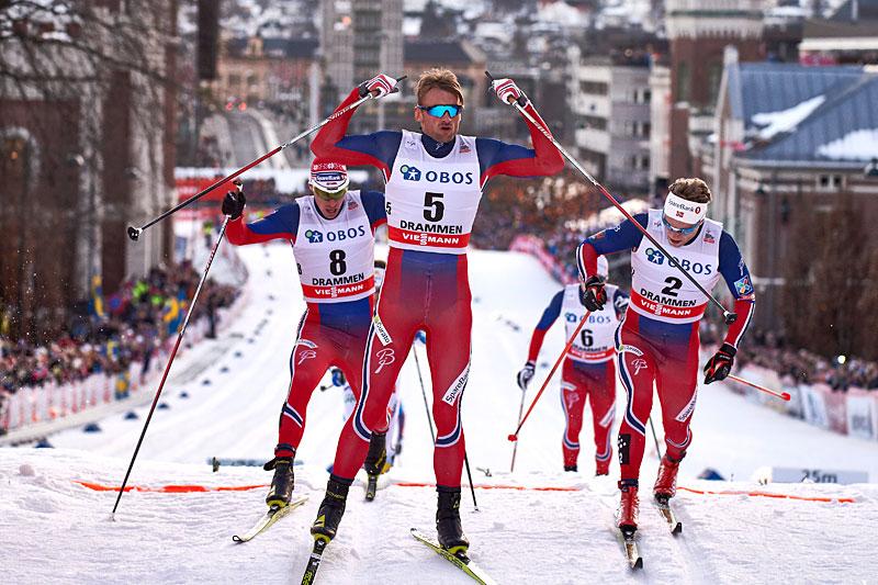 Petter Northug jubler over seier i verdenscupsprinten i Drammen 2016. Som nr. 2 og 3 fulgte Ola Vigen Hattestad og Eirik Brandsdal. Foto: Felgenhauer/NordicFocus.