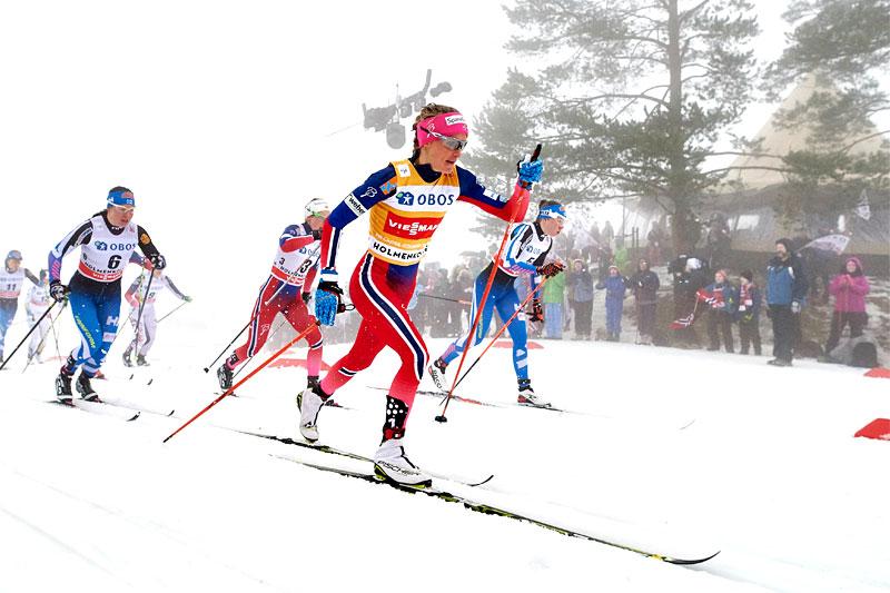 Therese Johaug fører an i Holmenkollen. Foto: Felgenhauer/NordicFocus.