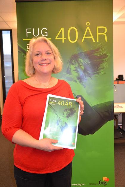 FUG-leder Gunn Iren Müller med 40 årsplakat høyde