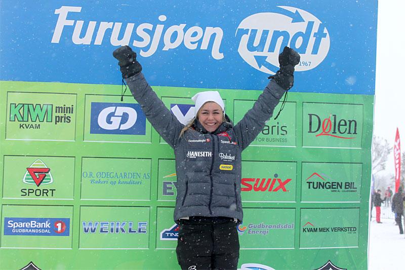 Emilie Kristoffersen jubler etter å ha stormet til topps i Furusjøen Rundt-rennet 2016. I dag var hun best i det 9 mil lange Saami Ski Race. Foto: Furusjøen Rundt-rennet.