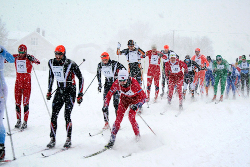 Fra starten i Trysil Skimaraton 2016. Som det fremgår av bildet var det snøvær, vind og tildels mye løs snø. Arrangørfoto.