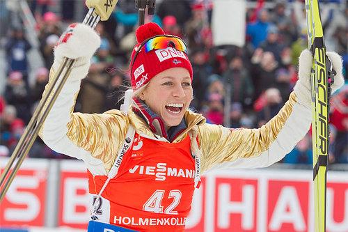 Tiril Eckhoff jubler over 1. plass og gull på sprinten under verdensmesterskapet i skiskyting 2016, her i en av gulljakkene som ble auksjonert bort. Foto: NordicFocus.