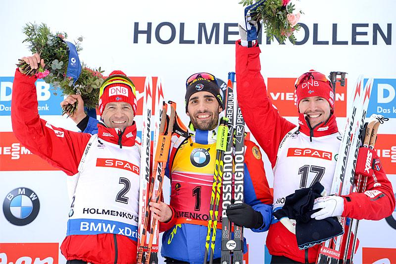 Seierspallen på 12,5 km jaktstart under VM i skiskyting i Holmenkollen 2016. Fra venstre: Ole Einar Bjørndalen (2. plass), Martin Fourcade (1) og Emil Hegle Svendsen (3). Foto: Tumashov/NordicFocus.