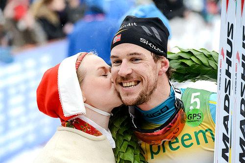 John Kristian Dahl får seierskysset etter å ha avgjort Vasaloppet i 2016, en av hans tre seire i Vasan. To uker etterpå vant han også Birkebeinerrennet. Foto: Rauschendorfer/NordicFocus.